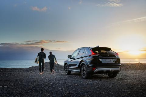 An image of Eclipse Cross and a couple at the beach
